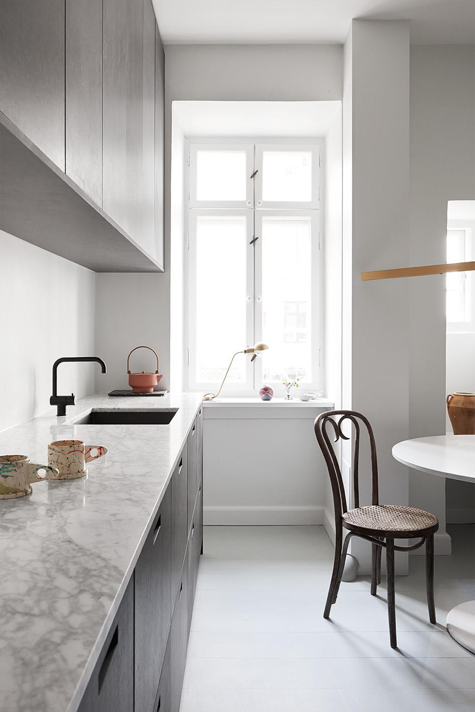 køkken-fronter-ikea-&SHUFL-sorte-køkkenlåger-med-messing-greb-marmor-bordplade